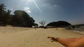Το πρώτο πρόσωπο ο τύπος είναι στην παραλία απόθεμα βίντεο