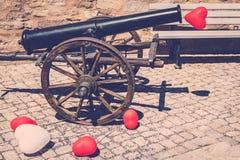 Το πυροβόλο με τα κόκκινα και άσπρα μπαλόνια Στοκ Φωτογραφίες