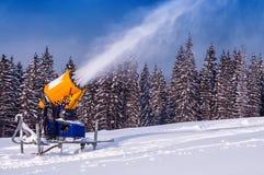 Το πυροβόλο όπλο χιονιού κάνει το χιόνι Στοκ Εικόνα