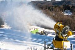 Το πυροβόλο χιονιού παράγει το τεχνητό χιόνι Στοκ Φωτογραφίες