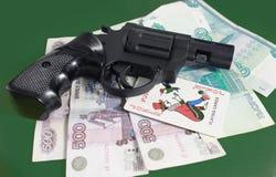 Το πυροβόλο όπλο είναι στα χρήματα Στοκ φωτογραφία με δικαίωμα ελεύθερης χρήσης
