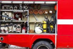 Το πυροσβεστικό όχημα είναι κόκκινο Πυρκαγιά και σωστικά μέσα σε ένα πυροσβεστικό όχημα Στοκ φωτογραφία με δικαίωμα ελεύθερης χρήσης
