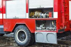 Το πυροσβεστικό όχημα είναι κόκκινο Πυρκαγιά και σωστικά μέσα σε ένα πυροσβεστικό όχημα Στοκ Εικόνες