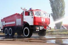 Το πυροσβεστικό όχημα εξαφανίζει το ανάβω-επάνω αεροπλάνο Στοκ Εικόνες
