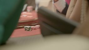 Το πόκερ πελεκά κοντά επάνω φιλμ μικρού μήκους