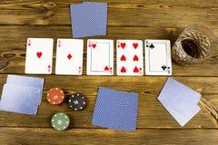 Το πόκερ πελεκά το ξύλινο υπόβαθρο οινοπνεύματος καρτών, σωρός στοκ φωτογραφία με δικαίωμα ελεύθερης χρήσης