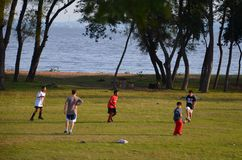 Το Πόρτο Αλέγκρε, Rio Grande κάνει τη Sul, Βραζιλία: τα παιδιά παίζουν το ποδόσφαιρο κοντά στη λίμνη Στοκ εικόνες με δικαίωμα ελεύθερης χρήσης