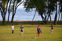 Το Πόρτο Αλέγκρε, Rio Grande κάνει τη Sul, Βραζιλία: τα παιδιά παίζουν το ποδόσφαιρο κοντά στη λίμνη Στοκ φωτογραφία με δικαίωμα ελεύθερης χρήσης