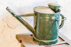 το πότισμα μετάλλων μπορεί καλυμμένος με τη σκόνη και τους ιστούς αράχνης Στοκ φωτογραφία με δικαίωμα ελεύθερης χρήσης