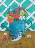Το πότισμα μπορεί με τα λουλούδια και το μπλε jay πουλί στοκ εικόνα με δικαίωμα ελεύθερης χρήσης
