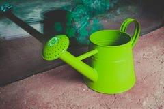 Το πότισμα μπορεί στον κήπο κοντά να αυξηθεί Η φωτογραφία απεικονίζει φωτεινό Στοκ Εικόνες