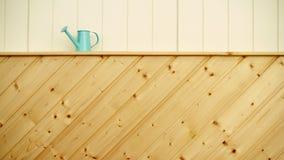 Το πότισμα μπορεί στο χρωματισμένο ξύλινο υπόβαθρο Στοκ Εικόνες