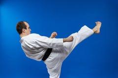 Το πόδι λακτίσματος μπροστινό κτυπά τον ενήλικο αθλητή Στοκ Εικόνες