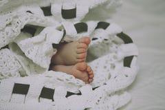 Το πόδι του παιδιού σε ένα κάλυμμα και ένα ραβδί βαμβακιού Στοκ φωτογραφίες με δικαίωμα ελεύθερης χρήσης