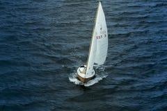 Το πλέοντας γιοτ πηγαίνει στη θάλασσα Στοκ Εικόνες