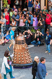 Το πλήθος παίρνει τις εικόνες του χαρακτήρα ρομπότ στην παρέλαση Con δράκων Στοκ Εικόνες