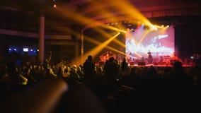 Το πλήθος της σκιαγραφίας των ανθρώπων στη συναυλία βράχου στοκ φωτογραφία με δικαίωμα ελεύθερης χρήσης
