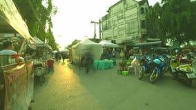 Το πλήθος του ταξιδιώτη περπατά στο περπάτημα της οδού και των τροφίμων οδών στη σημαία δρόμων Thanalai και 75 επετείου και το πά απόθεμα βίντεο