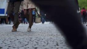 Το πλήθος των ανθρώπων που περπατούν στην οδό της Ευρώπης απόθεμα βίντεο