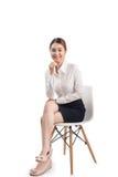 Το πλήρες πορτρέτο μήκους της όμορφης νέας ασιατικής επιχειρησιακής γυναίκας κάθεται Στοκ εικόνα με δικαίωμα ελεύθερης χρήσης
