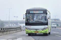 Το πλήρες συσκευασμένο λεωφορείο παίρνει μια έξοδο, παχύ στρώμα της αιθαλομίχλης στον αέρα, Πεκίνο, Κίνα Στοκ εικόνα με δικαίωμα ελεύθερης χρήσης