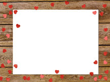 Το πλαίσιο ευχετήριων καρτών ή φωτογραφιών και η ημέρα βαλεντίνων αισθάνθηκαν την καρδιά παιχνιδιών πέρα από το ξύλινο υπόβαθρο κ στοκ εικόνα