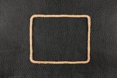 Το πλαίσιο του σχοινιού, βρίσκεται σε ένα υπόβαθρο ενός μαύρου φυσικού δέρματος Στοκ φωτογραφία με δικαίωμα ελεύθερης χρήσης