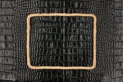Το πλαίσιο του σχοινιού, βρίσκεται σε ένα υπόβαθρο ενός μαύρου φυσικού δέρματος Στοκ φωτογραφίες με δικαίωμα ελεύθερης χρήσης