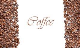 Το πλαίσιο των ψημένων φασολιών καφέ που απομονώνεται στο λευκό μπορεί να χρησιμοποιήσει ως υπόβαθρο ή σύσταση τοπ άποψη (με το ε στοκ φωτογραφία