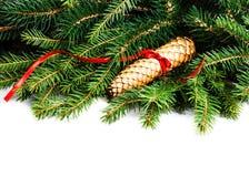 Το πλαίσιο Χριστουγέννων με τον κλάδο δέντρων του FIR και τη διακόσμηση Χριστουγέννων είναι Στοκ Φωτογραφία