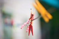 Το πλαστικό, που χρωματίζεται παλαιό clothespins Στοκ Φωτογραφία