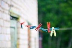 Το πλαστικό, που χρωματίζεται παλαιό clothespins Στοκ Εικόνες