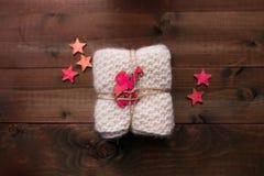 Το πλεκτό φιλές με τα αστέρια και ο άγγελος μοιάζουν με το δώρο Στοκ φωτογραφία με δικαίωμα ελεύθερης χρήσης