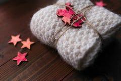 Το πλεκτό φιλές με τα αστέρια και ο άγγελος μοιάζουν με το δώρο Στοκ εικόνες με δικαίωμα ελεύθερης χρήσης