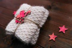 Το πλεκτό φιλές με τα αστέρια και ο άγγελος μοιάζουν με το δώρο Στοκ φωτογραφίες με δικαίωμα ελεύθερης χρήσης
