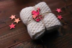 Το πλεκτό φιλές με τα αστέρια και ο άγγελος μοιάζουν με το δώρο Στοκ Εικόνα