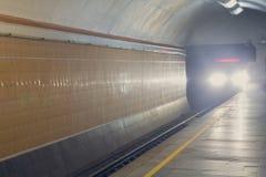 Το πλησιάζοντας τραίνο είναι στη σήραγγα υπογείων Στοκ εικόνα με δικαίωμα ελεύθερης χρήσης