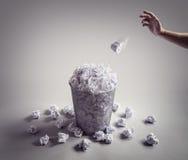 Το ρίξτε στο δοχείο καλαθιών ή γραφείων άχρηστων χαρτιών στοκ φωτογραφία με δικαίωμα ελεύθερης χρήσης
