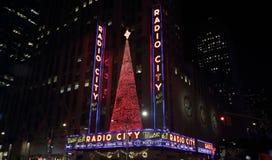 Το ραδιο Δημαρχείο, Νέα Υόρκη τη νύχτα στοκ εικόνα με δικαίωμα ελεύθερης χρήσης