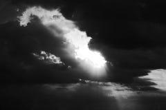 Το δραματικό σύννεφο θύελλας και ο ουρανός βραδιού σε γραπτό Στοκ Εικόνες