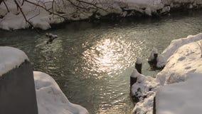 Το ρεύμα ενώνει τον ποταμό χιόνι απόθεμα βίντεο