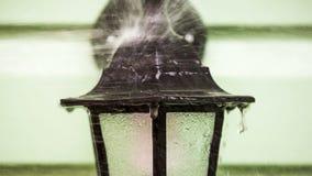 Το ρεύμα του νερού κτυπά ενάντια σε ένα φανάρι απόθεμα βίντεο