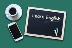Το ρητό έννοιας εκπαίδευσης πινάκων κιμωλίας μαθαίνει τα αγγλικά Στοκ Εικόνα