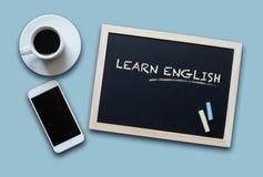 Το ρητό έννοιας εκπαίδευσης πινάκων κιμωλίας μαθαίνει τα αγγλικά Στοκ Εικόνες