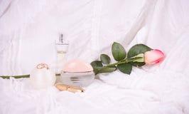 το ροζ αρώματος μαργαριταριών μπουκαλιών χαντρών αυξήθηκε Στοκ φωτογραφία με δικαίωμα ελεύθερης χρήσης