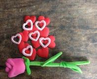 Το ροζ ημέρας βαλεντίνων αυξήθηκε με την κόκκινη καρδιά στο ξύλινο υπόβαθρο, lo Στοκ φωτογραφίες με δικαίωμα ελεύθερης χρήσης