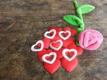 Το ροζ ημέρας βαλεντίνων αυξήθηκε με την κόκκινη καρδιά στο ξύλινο υπόβαθρο, lo Στοκ Φωτογραφίες