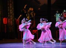 Το ροζ η κορίτσι-πρώτη πράξη των γεγονότων δράμα-Shawan χορού του παρελθόντος Στοκ Εικόνες