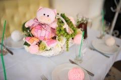 Το ροζ ντεκόρ γενεθλίων μωρών ή ντεκόρ ντους μωρών αντέχει στοκ εικόνες