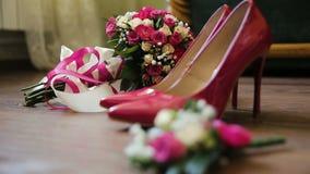 Το ροζ πολυτέλειας έδεσε τα νυφικά γαμήλια παπούτσια η ανθοδέσμη με ρόδινο αυξήθηκε στο καφετί bckgrnd απόθεμα βίντεο